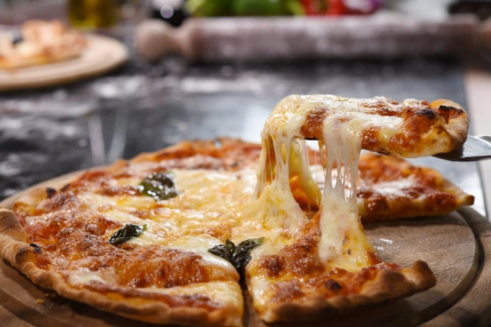 pizza con una fetta filante sollevata