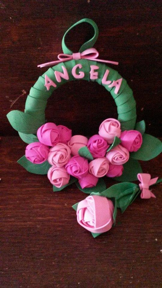 corona floreale in pasta di zucchero con la scritta Angela