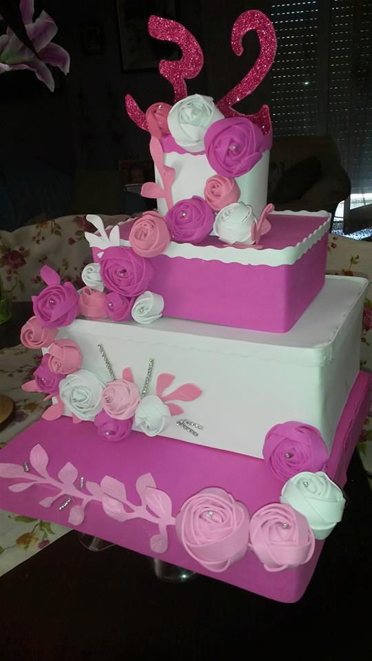 torta rettangolare a quattro ripiani bianca e rosa