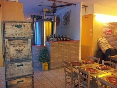 interno rustico della birreria
