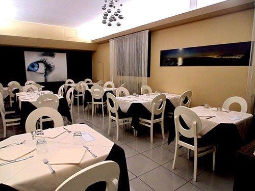 dei tavoli e delle sedie in un ristorante