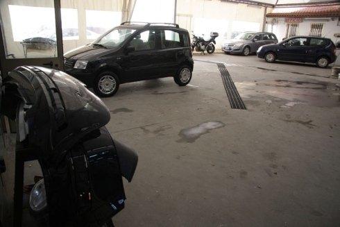 macchine parcheggiate in una carrozzeria