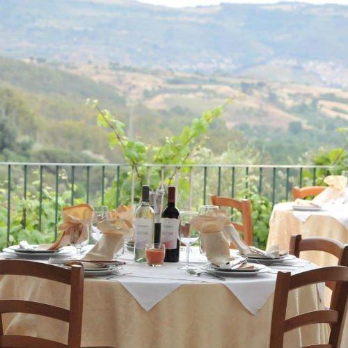 vista dei tavoli su un terrazzo di un ristorante