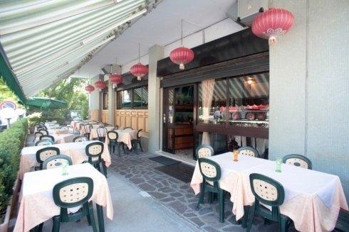 Tavoli esterni del ristorante