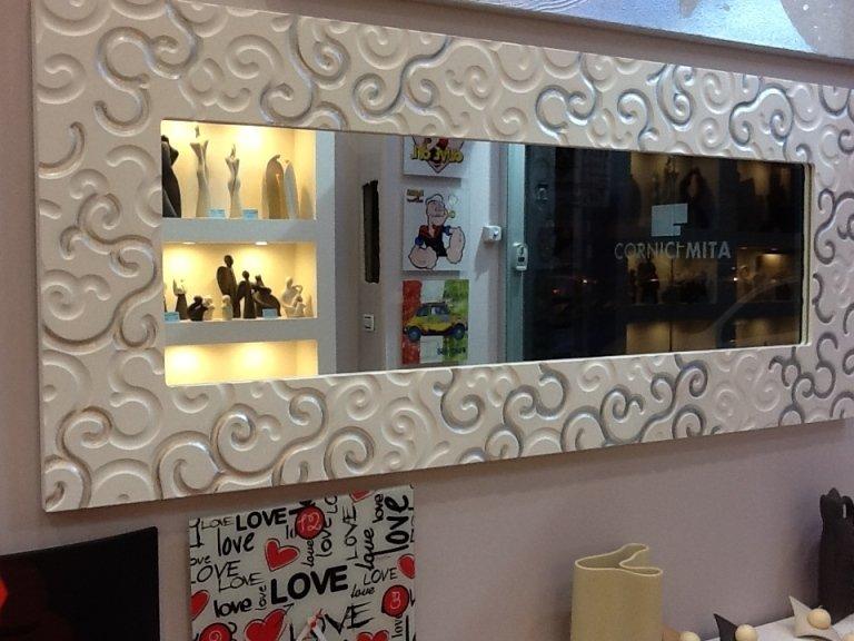 specchio con cornice bianca intarsiata