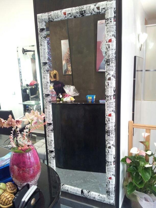 specchio con cornice moderna