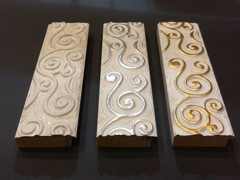 cornice in legno decorata