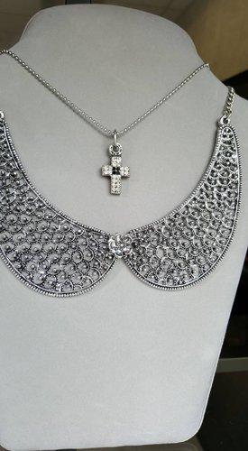 una collana a forma di baffi e una con un pendaglio a croce