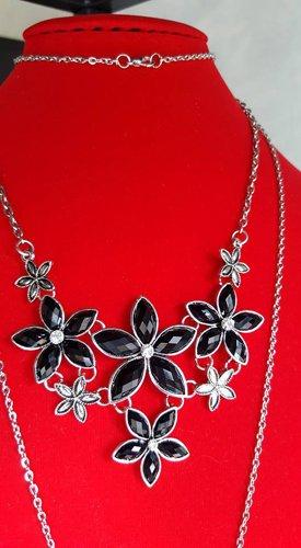 collana con fiori neri  bianchi