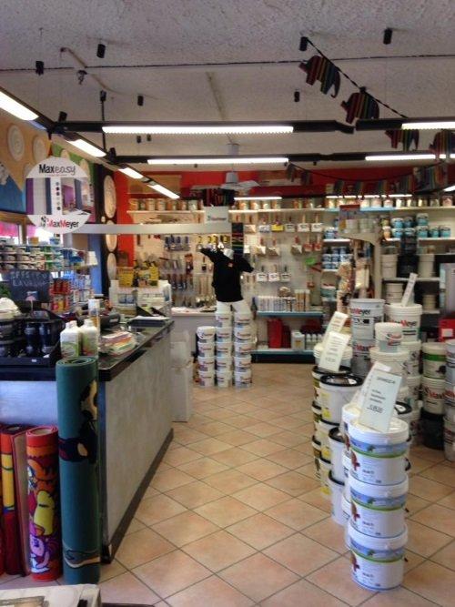 Interno del negozio, battelli di pittura, pennelli