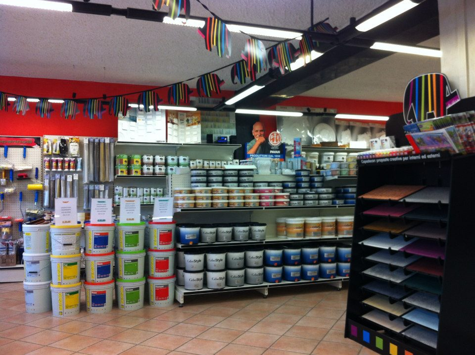 ampia scelta di pittura in un negozio