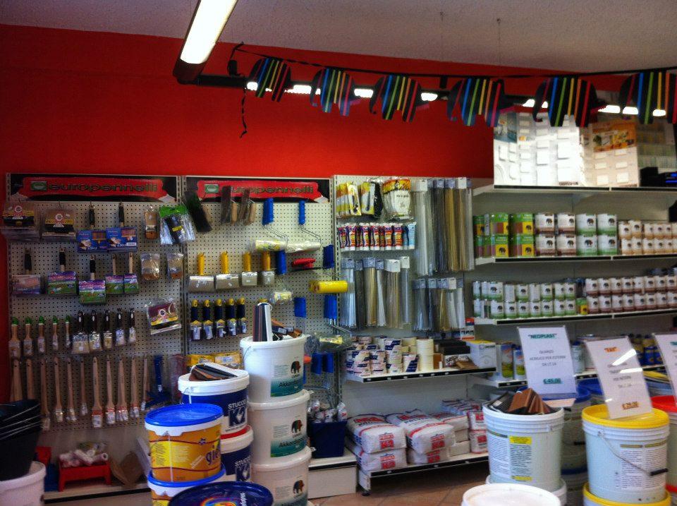 interno di negozio di vernici