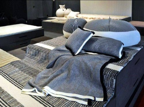 Combinazione in grigio e bianco in lenzuola, coperte e cuscini