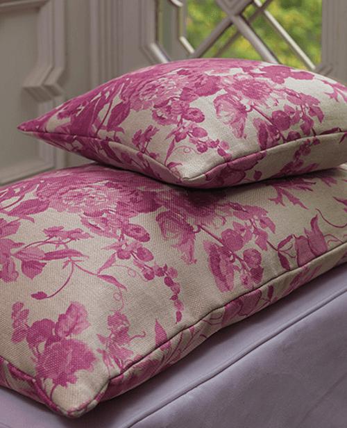 Un tessuto rosa e bianco non è una semplice copertura, ma è parte integrante dell'abitazione, andando a fondersi con tutti gli altri elementi decorativi