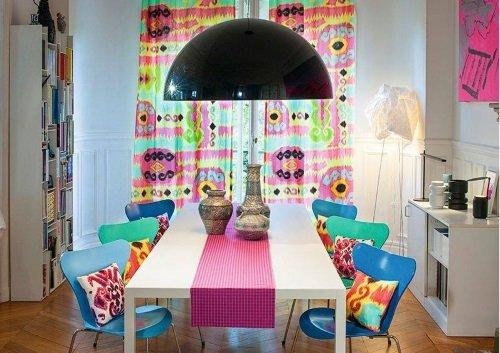 Sedie verdi e blu, cuscini e parete con stampaggio di tutti colori