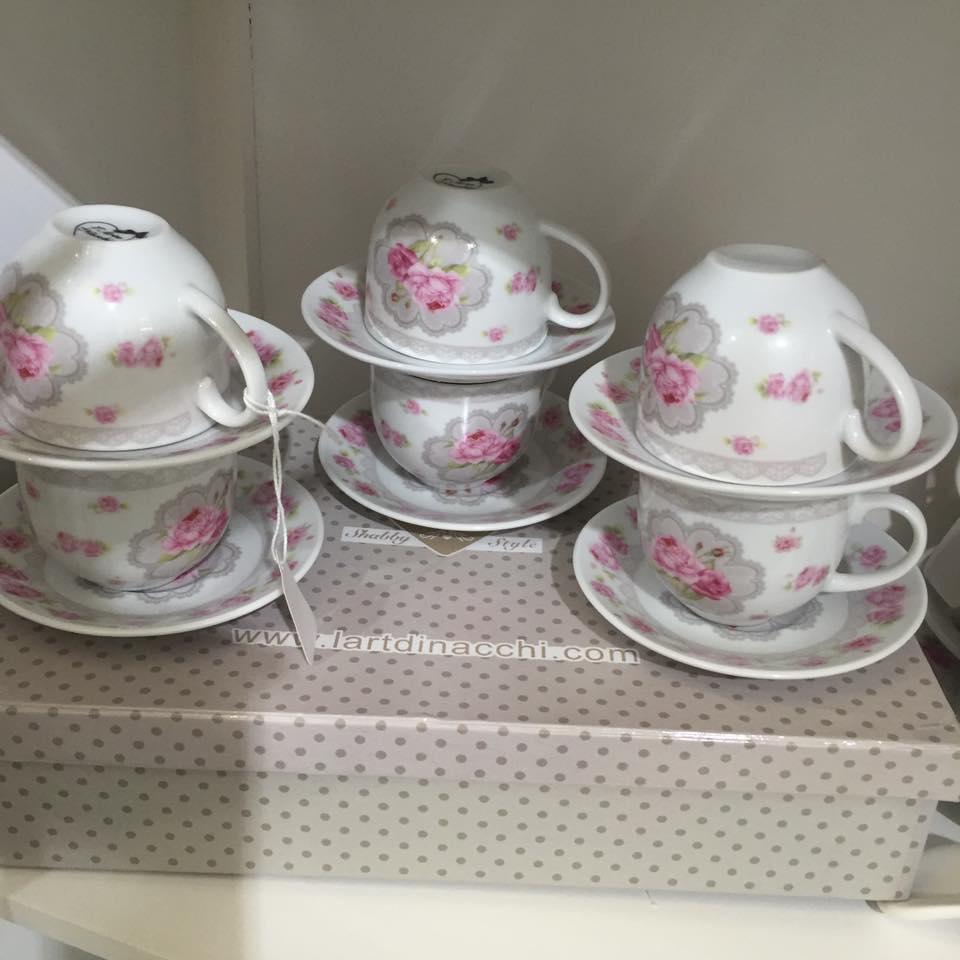 delle tazze di tè in porcellana con disegni a fiori