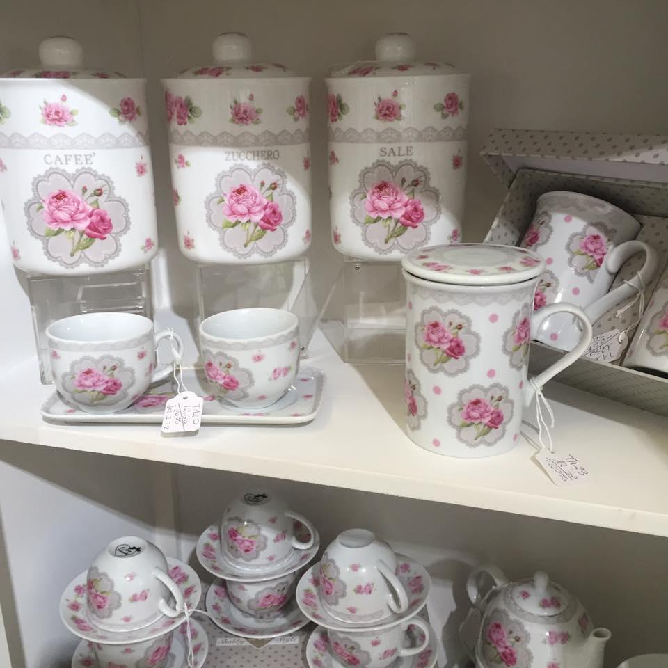 Dei barattoli in porcellana con scritto Caffe, zucchero e sale
