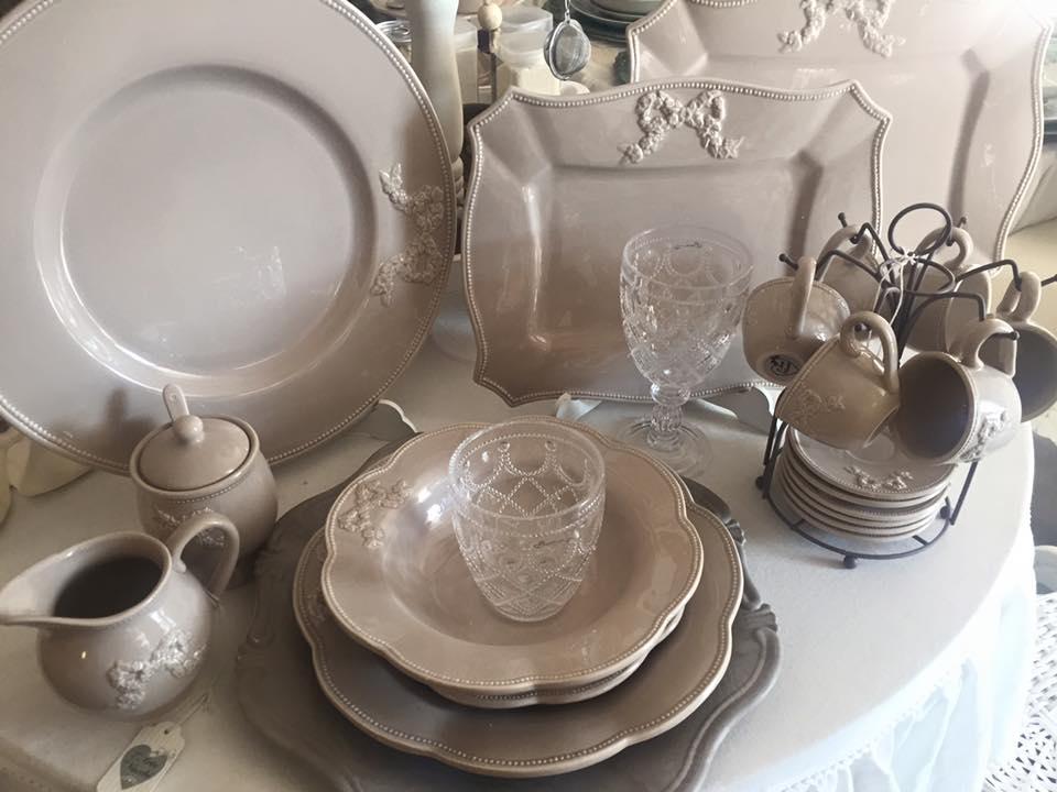 un servizio di piatti, vassoi, tazze e una caraffa