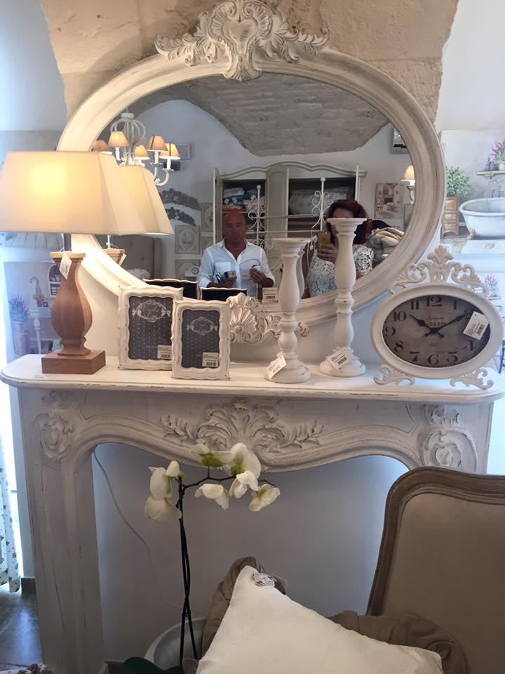 un console di color bianco con sopra uno specchio