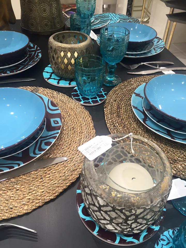 un servizio di piatti e bicchieri di color blu