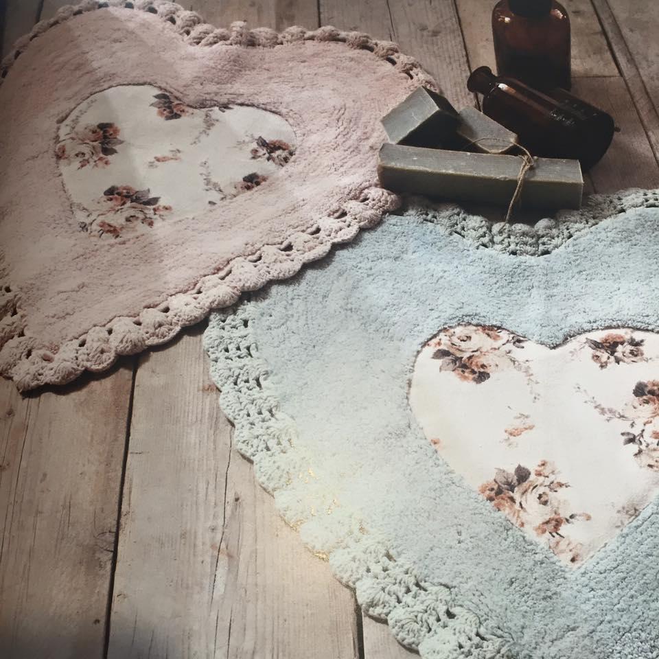 due tappeti a forma di cuore di color rosa e azzurro