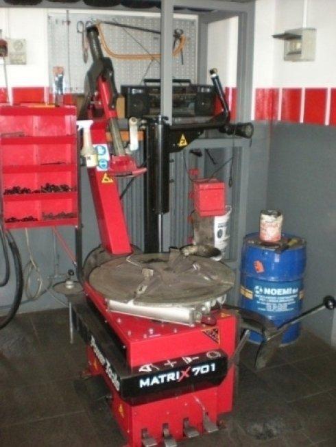 macchinario per sostituzione pneumatici su cerchioni
