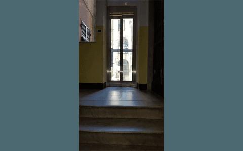 porta ascensore vista dalle scale