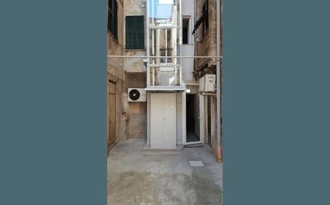 ascensore installato sull'esterno di un palazzo