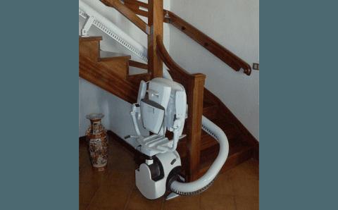 servoscala a poltroncina su scale in legno