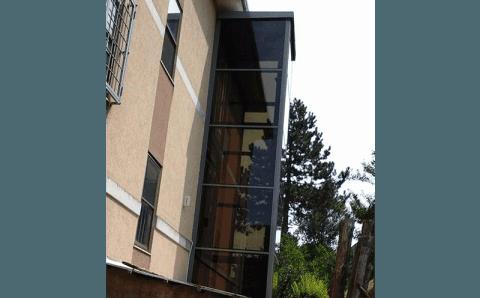 palazzo con ascensore esterno a vetro