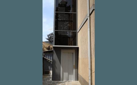 vista laterale di un ascensore esterno
