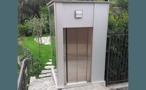 porta di un ascensore esterno