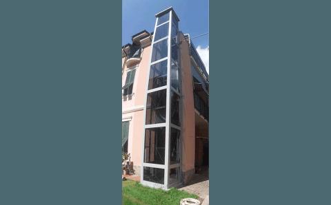 ascensore esterno su angolo della casa