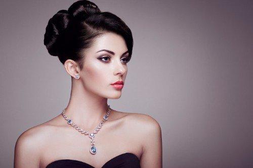 Orecchini e collana, gioielli  in pietre preziose