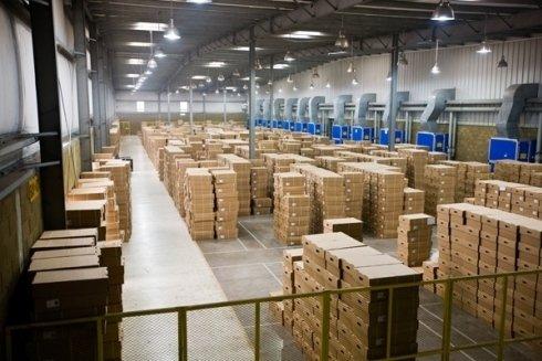 La ditta dispone di magazzini per il deposito di merci e mobili.