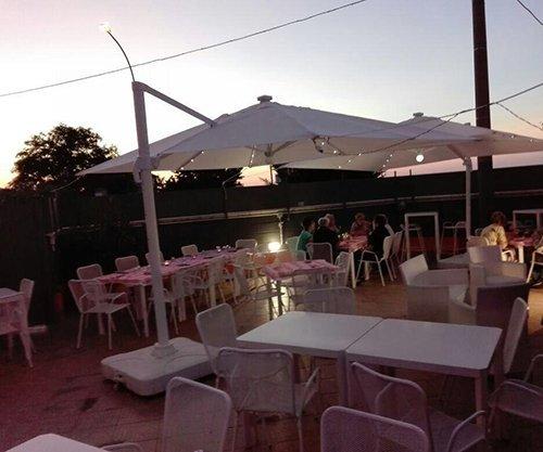 zona del ristorante con gazebo
