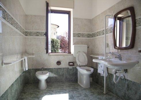 I bagni dell anostra casa di riposo Santa Lucia di Rieti sono dotati di tutti i comfort per tutti i nostri ospiti.