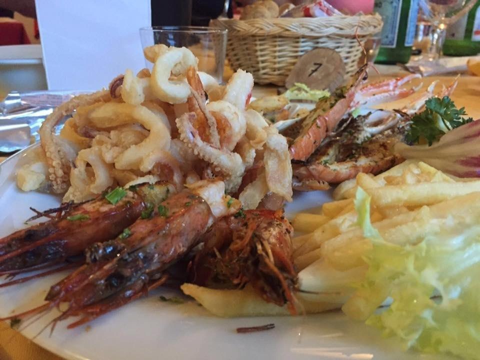 frittura con seppie, calamari e gamberi, accompagnata da 3 gamberoni 2 scampi e la capasanta alla griglia, non dimenticando il contorno di patate fritte