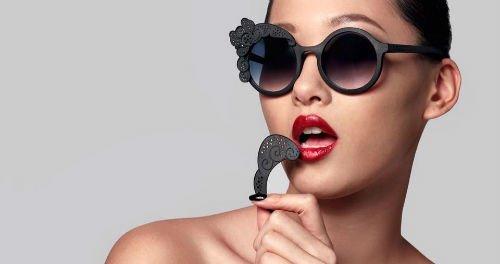 Occhiali da sole nere con ornamento nella montatura di togliere e mettere