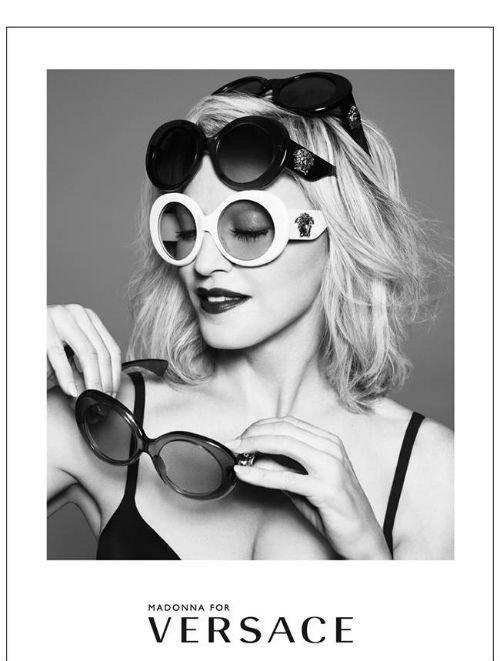 Foto in bianco e nero di una giovane indossando diversi occhiali da sole