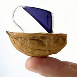 La vela della barca a vela che ha la guscio di noce che è al dito è la uditofono piú hermoso