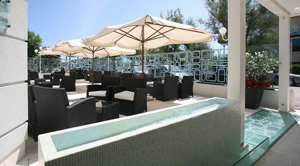 veduta esterna ristorante con poltroni e ombrelloni
