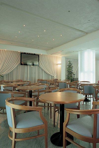 vista interna di ristorante con tavoli e sedie