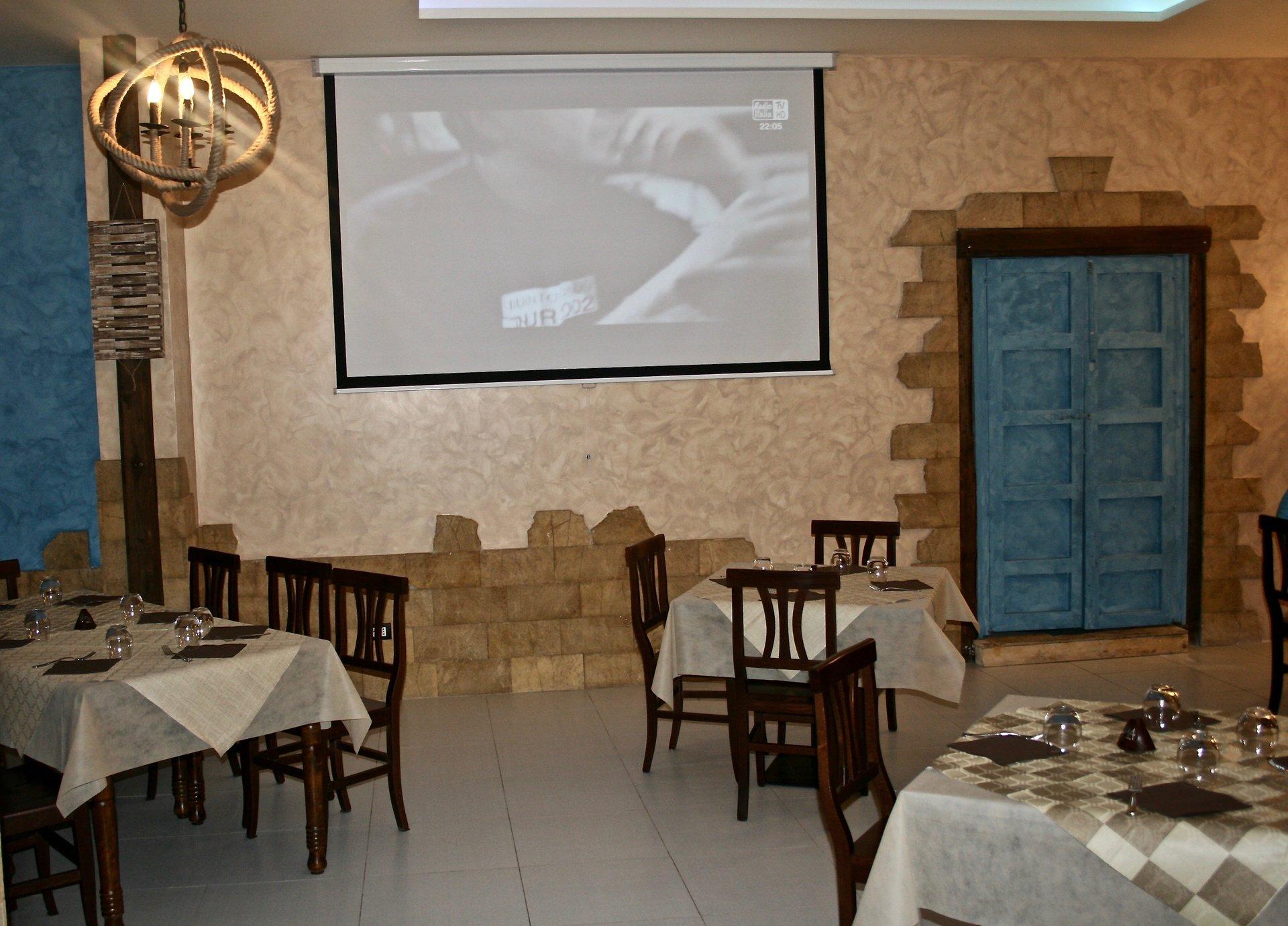 interno del ristorante con un maxischermo