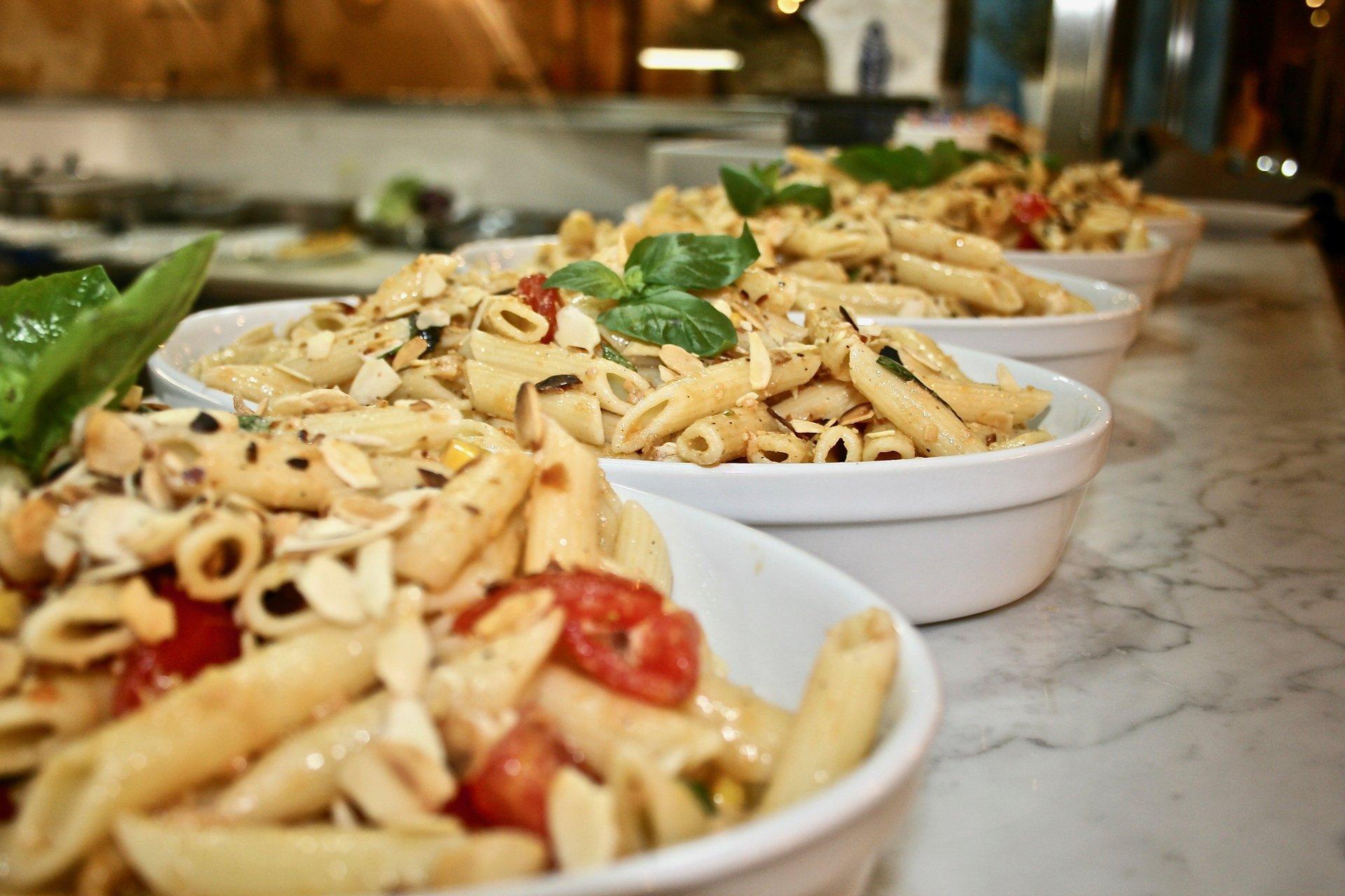 primo piano di un piatto di pasta con dei pomodorini