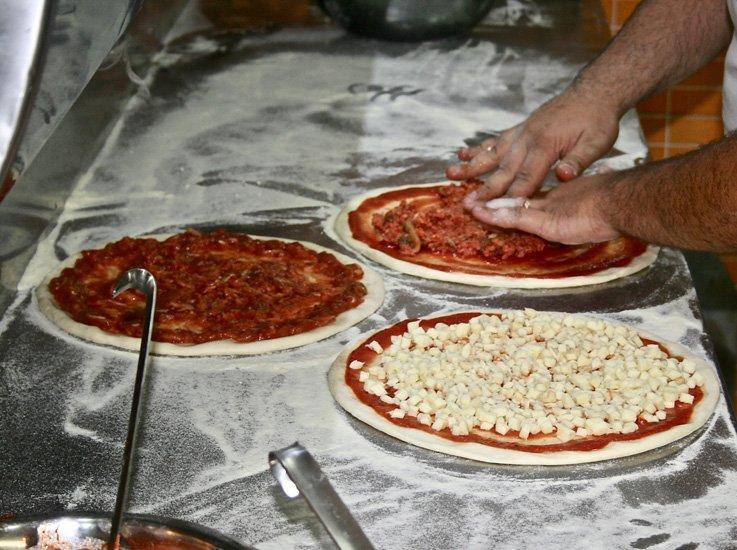 basi per pizza con pomodoro e mozzarella