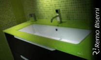 mobile lavandino bagno verde, piastrelle mosaico verdi, piano in vetro verde