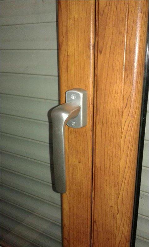 la maniglia di una porta finestra