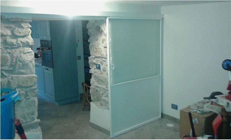 una porta scorrevole bianca