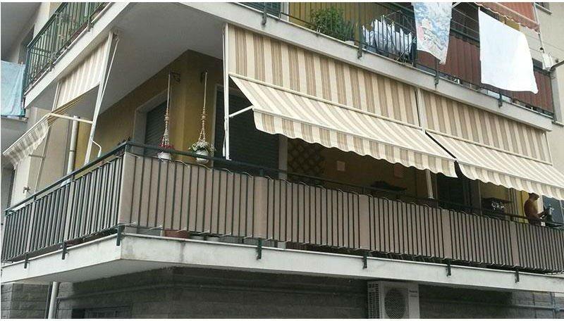 un balcone con una tenda da sole